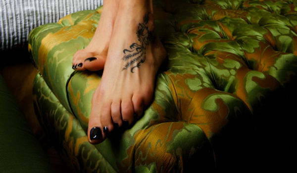 I piedi smaltatati di una escort